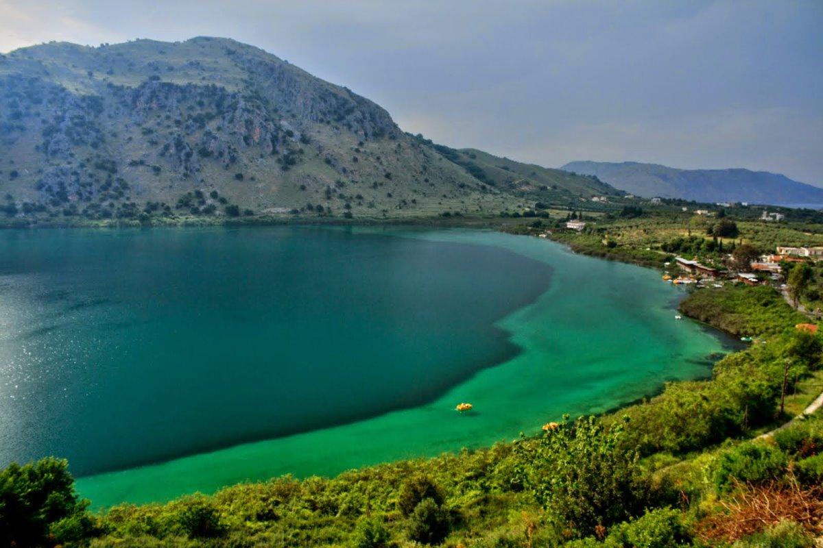 Λίμνη Κουρνά Κρήτη από ψηλά τα υπέροχα μπλε και τιρκουάζ χρώματα του νερού