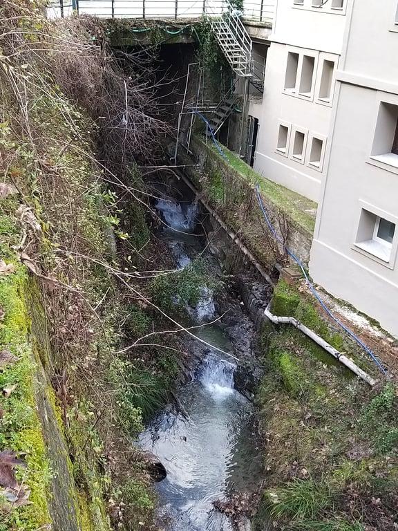 Λουτρά Σμοκόβου, τρεχούμενα νερά