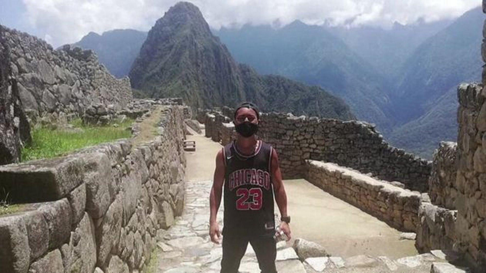 Μάτσου Πίτσου άνοιξε για έναν τουρίστα που ποζάρει μπροστά από το μνημείο
