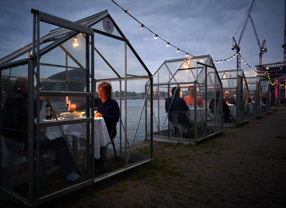Εστιατόρια χειμώνας Mediamatic Αμστερνταμ με σπιτάκια και πελάτες ζευγάρια