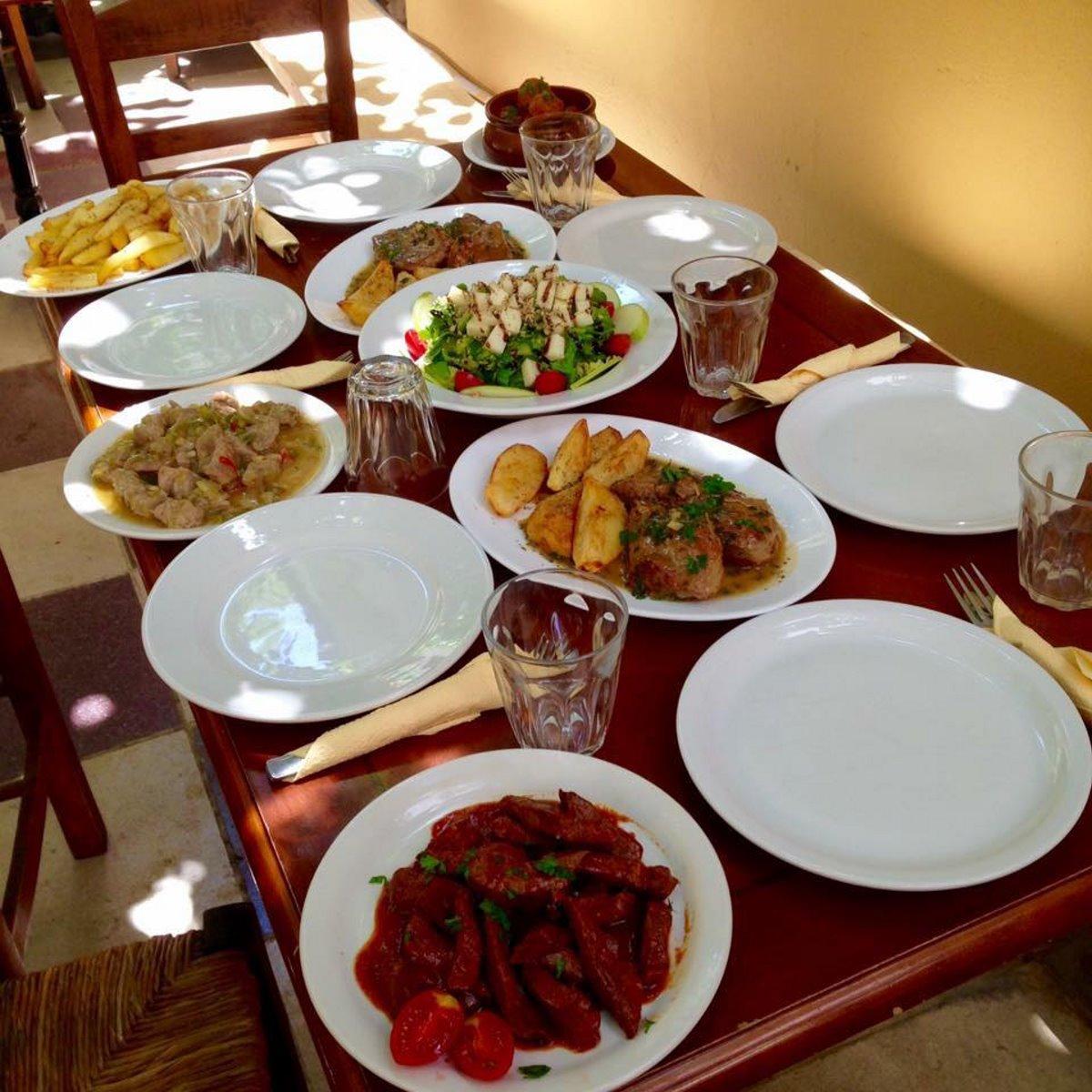 ιστορική ταβέρνα Αθήνα Μεταξού πιάτα σε τραπέζι