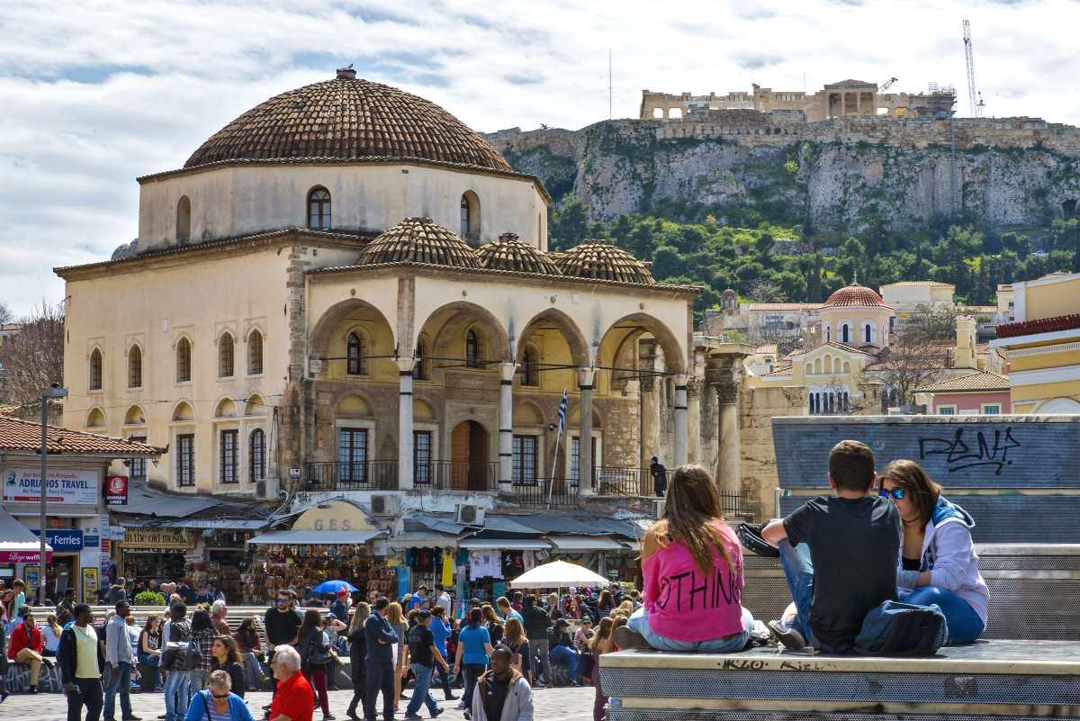 Μοναστηράκι, κόσμος στην πλατεία