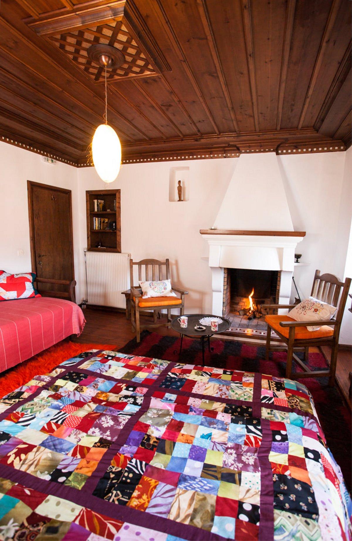 Ξενώνας Μπελλαίικο Στεμνίτσα δωμάτιο με τζάκι κοντινό