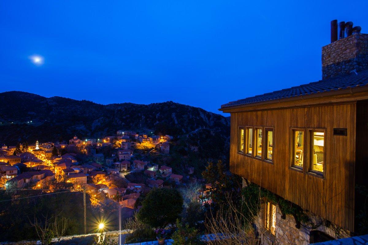Ξενώνας Μπελλαίικο Στεμνίτσα εξωτερική λήψη τη νύχτα