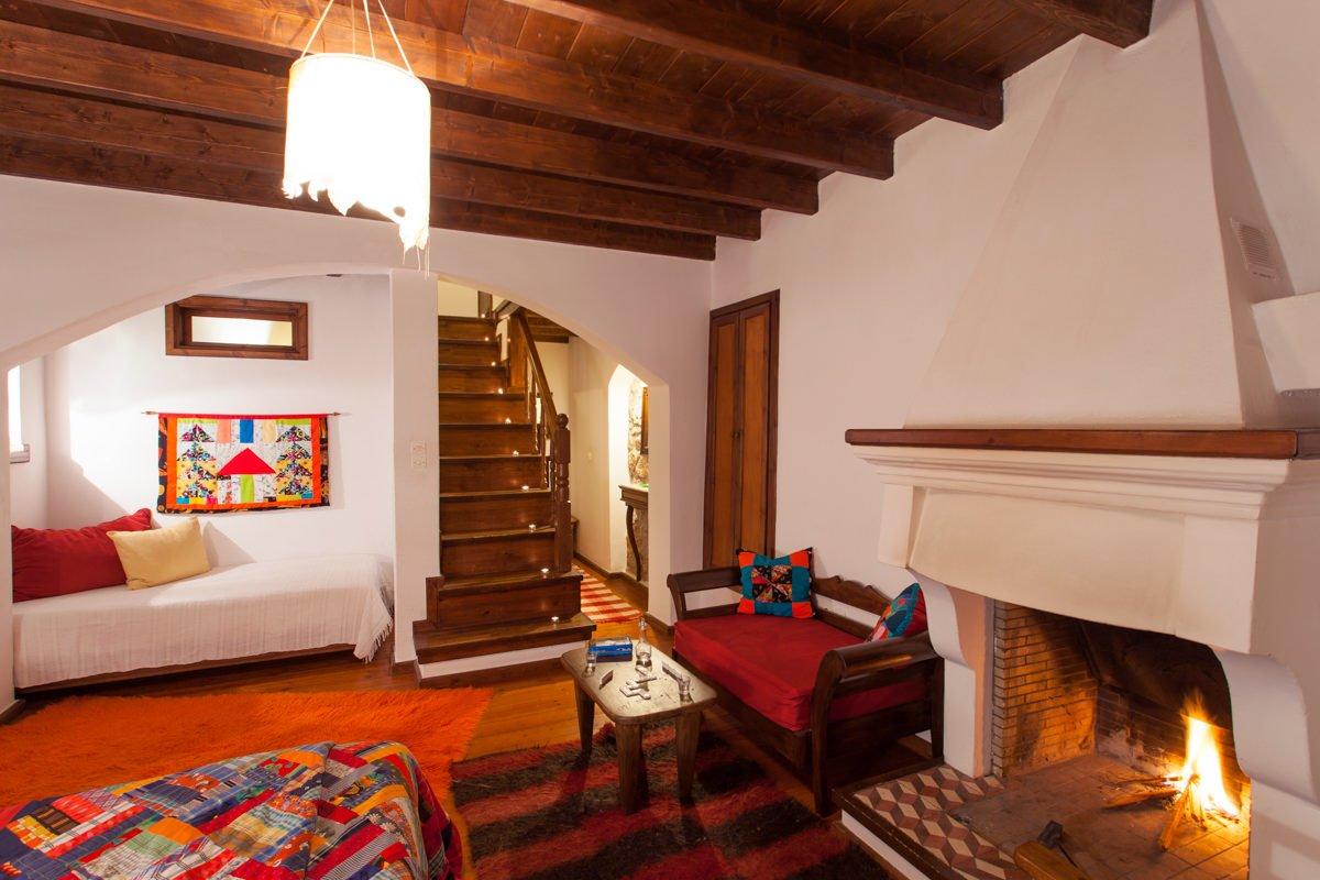 Ξενώνας Μπελλαίικο Στεμνίτσα δωμάτιο με τζάκι