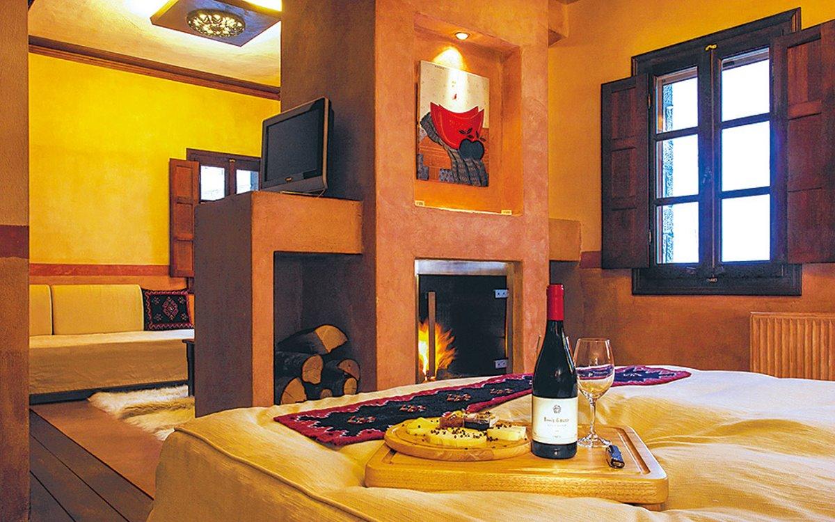 καλύτερα οινοποιεία στην Ελλάδα Κατώγι Αβέρωφ δωμάτιο με κρασί και φαγητό