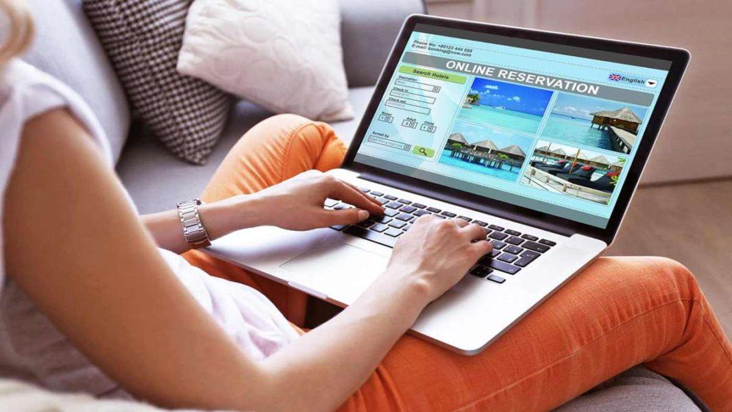 γυναίκα κλείνει ξενοδοχείο online