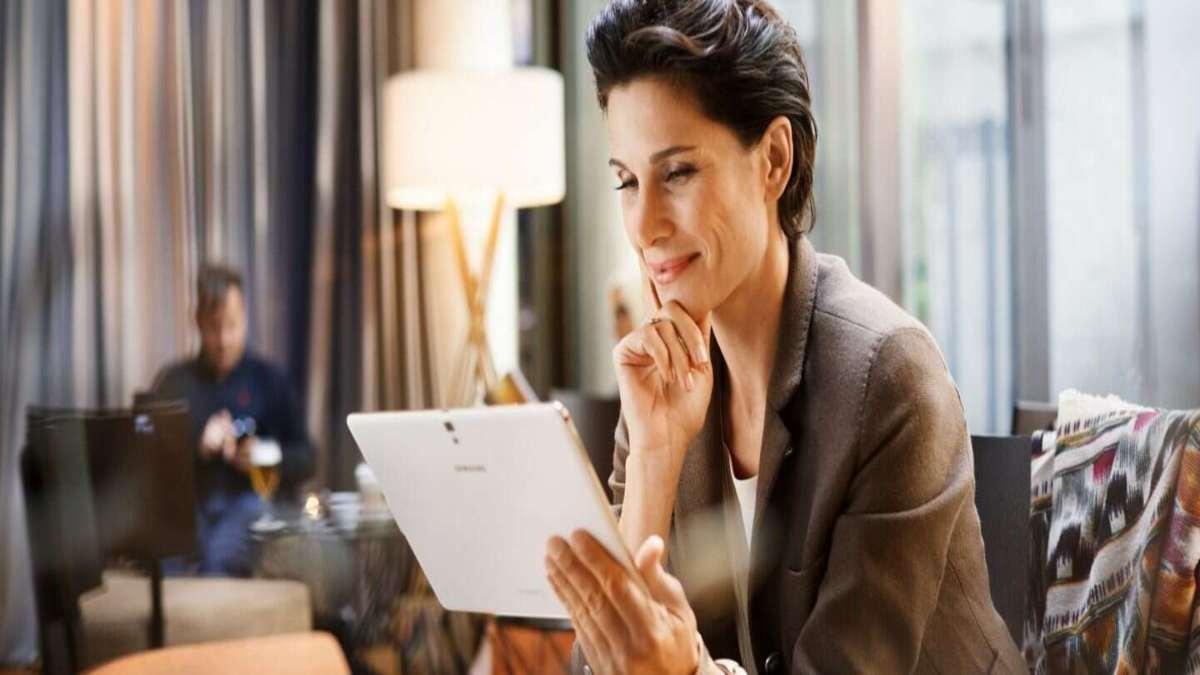 γυναίκα κρατάει ipad lobby ξενοδοχείου