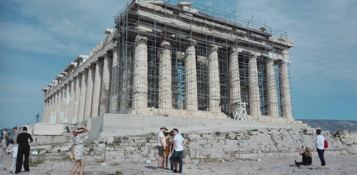 Παρθενώνας Ακρόπολη με τουρίστες 5 αλήθειες που αγνοείτε