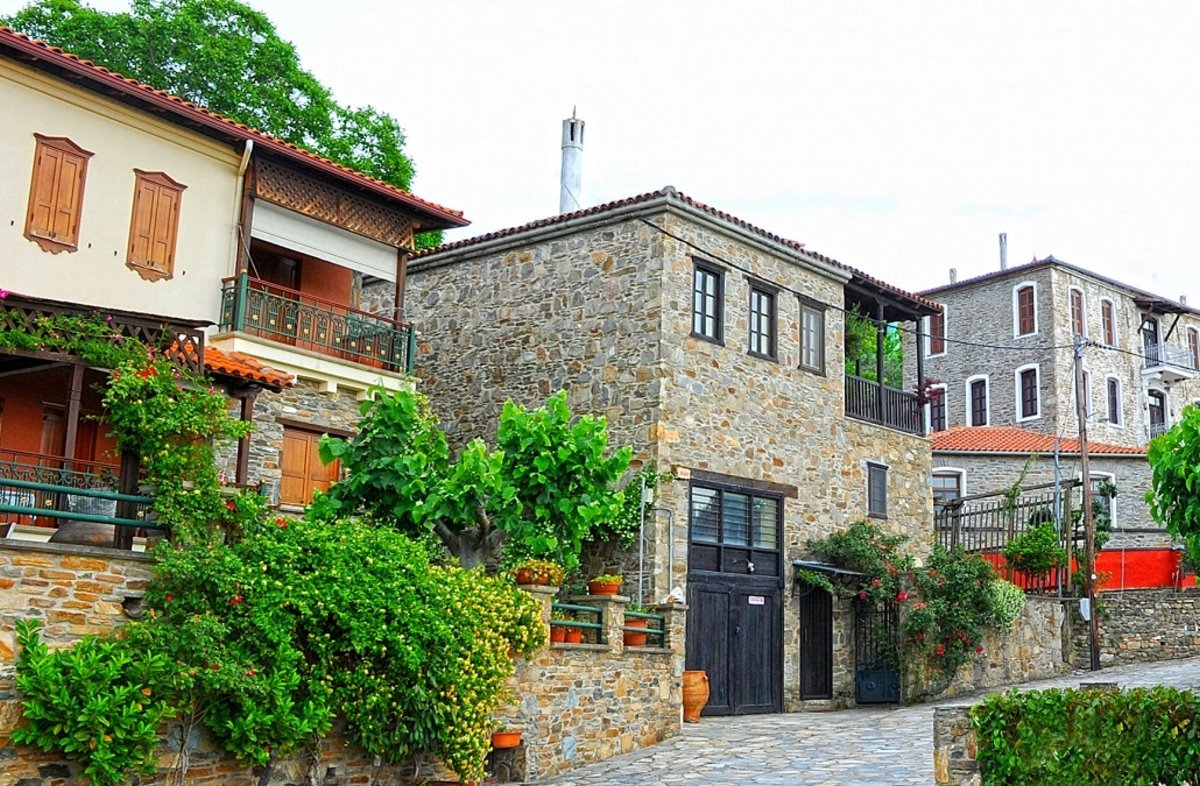 Παρθενώνας χωριό Χαλκιδικής με παραδοσιακά πέτρινα σπίτια