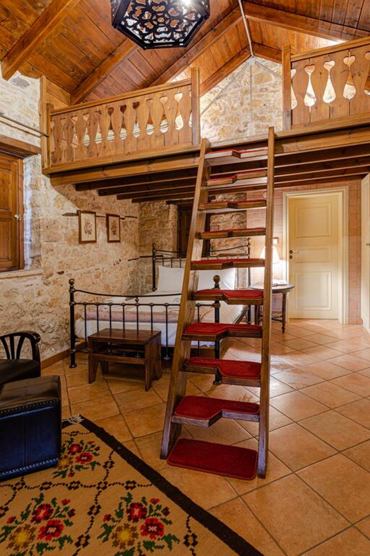 Πωγώνι ακριτικό χωριό Ηπείρου Paeonia Suites δωμάτιο με εσωτερική σκάλα