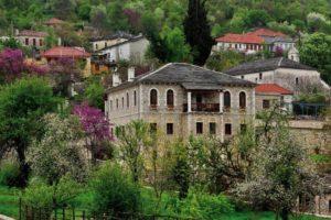 """Πωγώνι: Οδοιπορικό στο """"ακριτικό"""" Ζαγοροχώρι, με τη βαθύτερη λίμνη της Ελλάδας και τον ωραιότερο πέτρινο ξενώνα του!"""