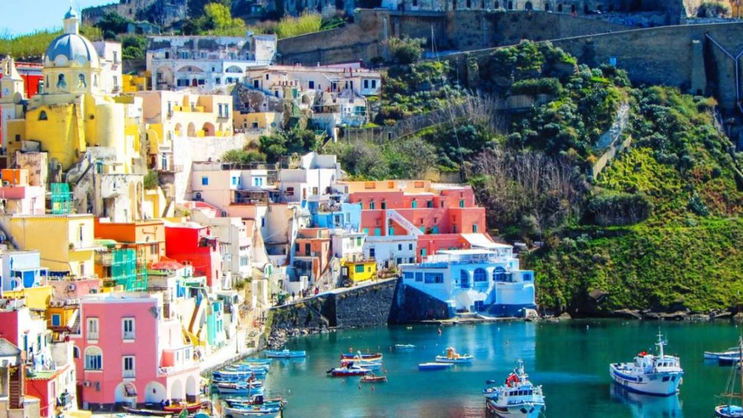 Procida πολύχρωμο ιταλικό νησί κοντινό σε λιμάνι