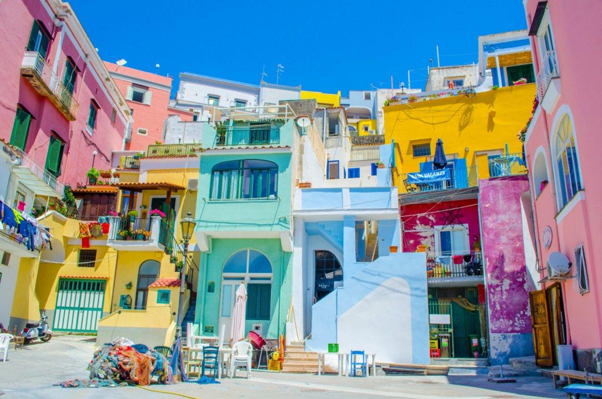Procida πολύχρωμο ιταλικό νησί κοντινό σε σπίτια
