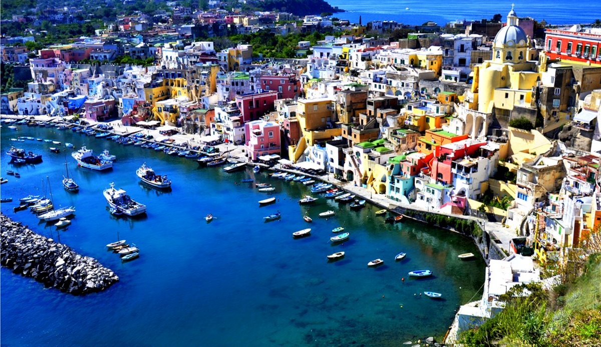 Procida πολύχρωμο ιταλικό νησί πανοραμική του χωριού