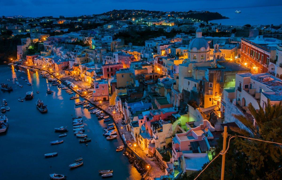Procida πολύχρωμο ιταλικό νησί φωτισμένο τη νύχτα από ψηλά