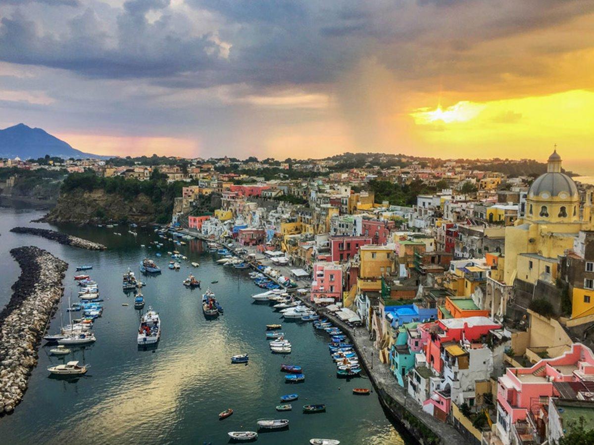 Procida πολύχρωμο ιταλικό νησί πανοραμική το ηλιοβασίλεμα στη Χώρα