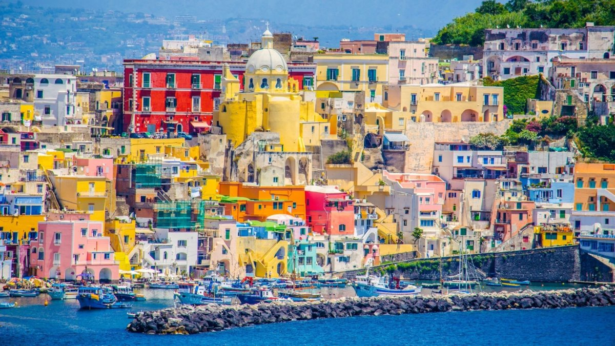 Procida πολύχρωμο ιταλικό νησί κοντινό σε σπίτια κοντά στο λιμάνι