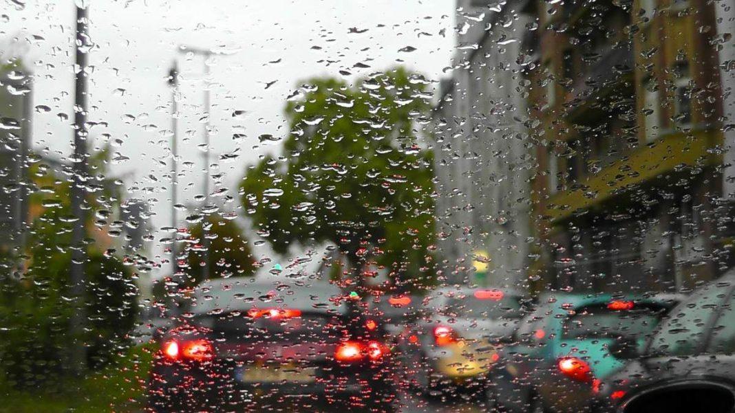 βροχερή μέρα αυτοκίνητο με φώτα αναμένα