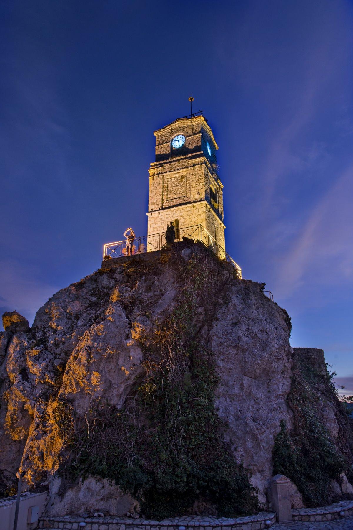 Ρολόγια σε Πύργο με το διάσημο ρολόι της Αράχωβας τη νύχτα