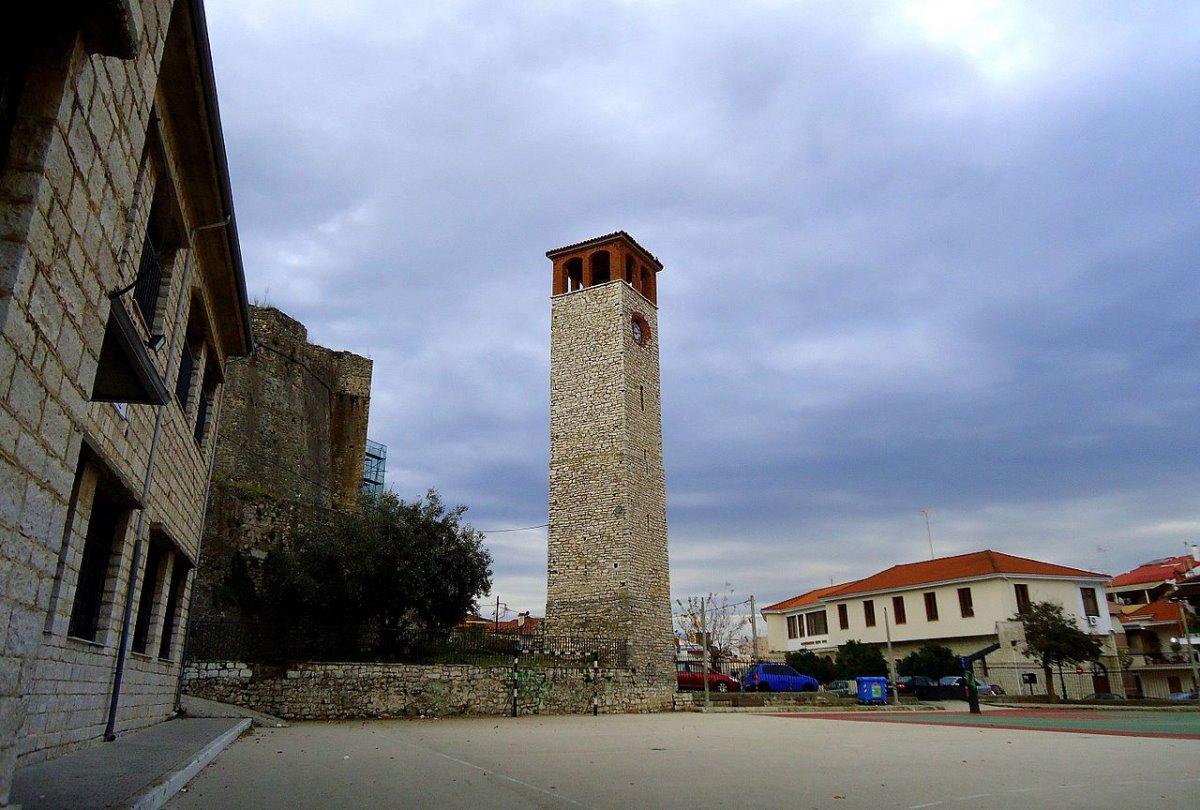 Ρολόι σε πύργο με το big ben της Άρτας να ξεχωρίζει