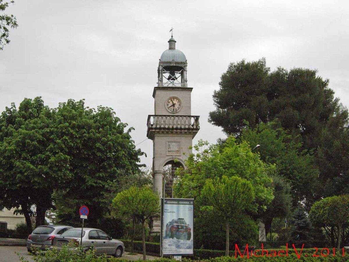 Ρολόι σε πύργο με αυτό των Ιωαννίνων στην κεντρική πλατεία