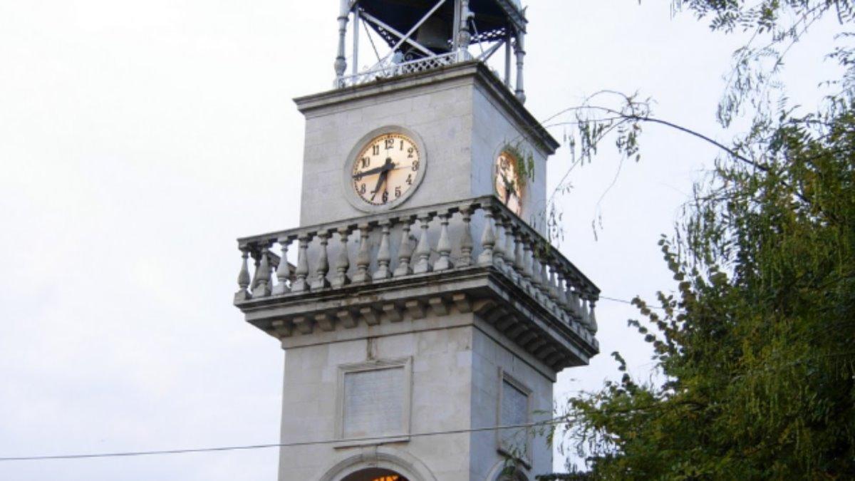 ρολόγια σε πύργο με το Big Ben των Ιωαννίνων