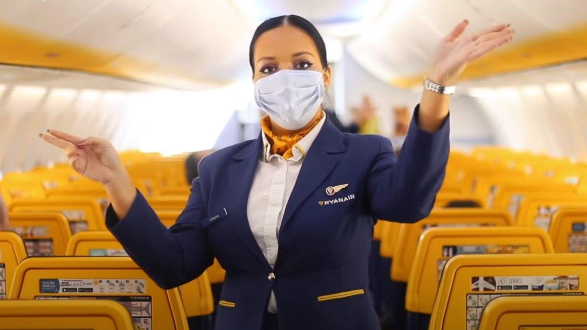 καμπίνα αεροπλάνου ryanair με αεροσυνοδό με μάσκα