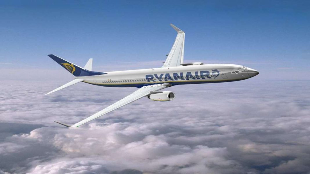 Ryanair αεροπλάνο στα σύννεφα
