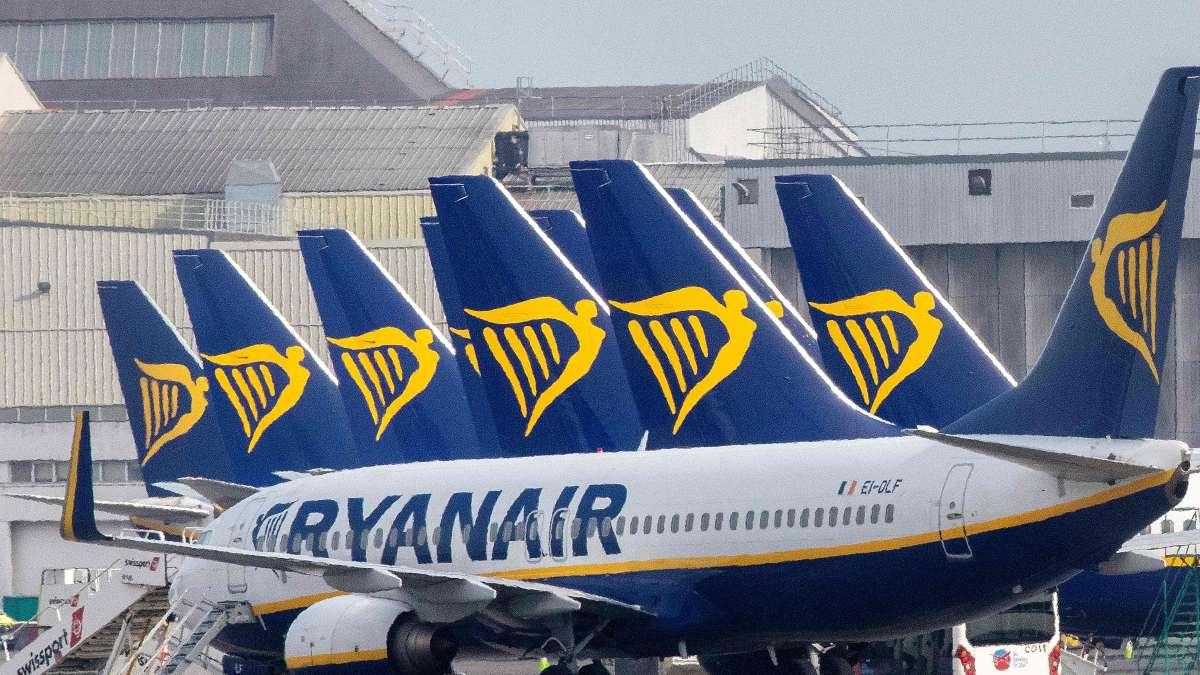 αεροπλάνα ryanair προσγειωμένα σε αεροδρόμιο