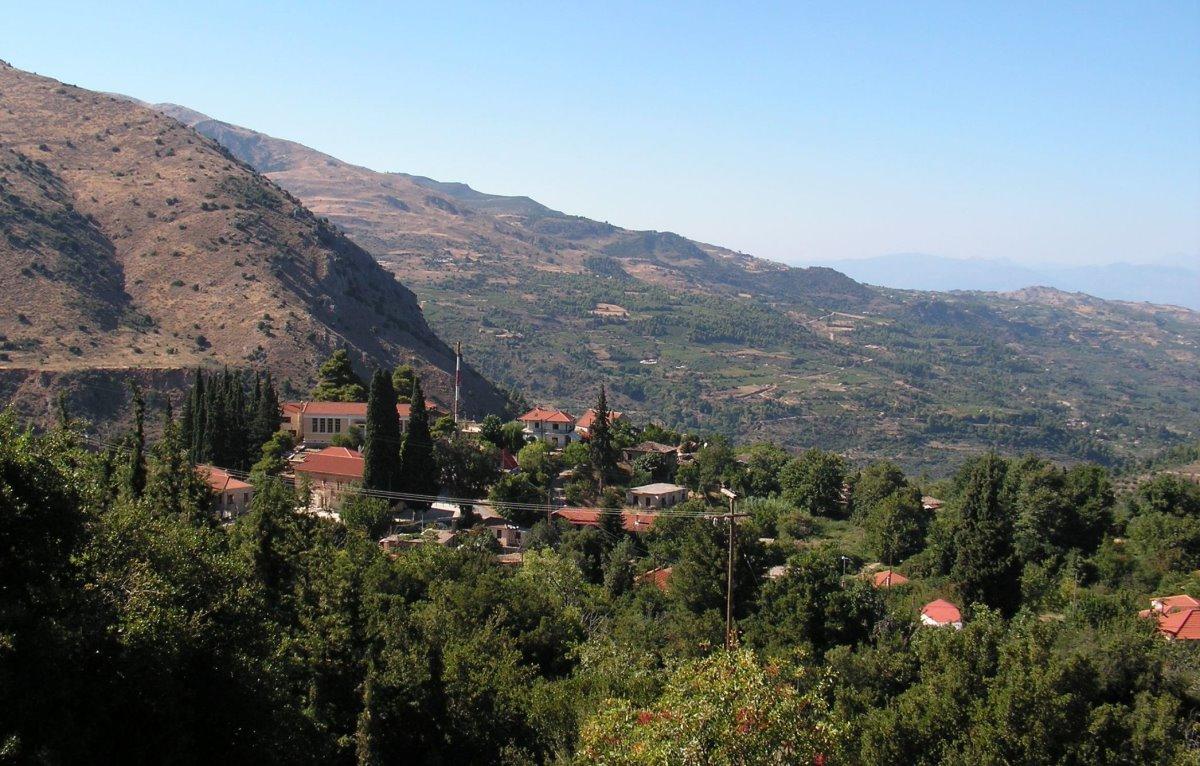 Σελιάνα χωριό στα ορεινά Αιγείρας σε μια πανοραμική φωτογραφία