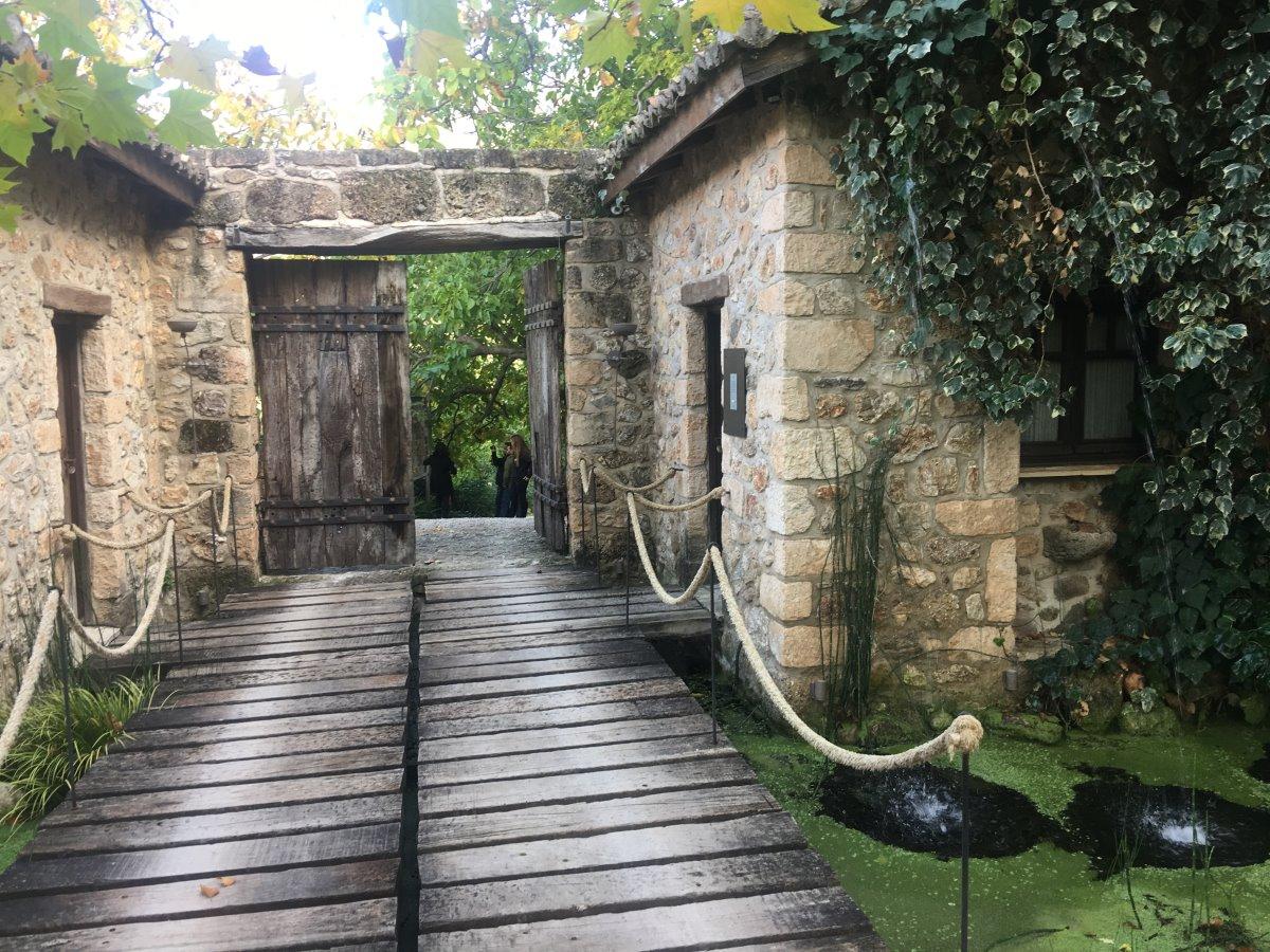 Σελιάνα χωριό στα ορεινά Αιγείρας διαμονή σε eco ξενώνα είσοδος πέτρινης κατοικίας