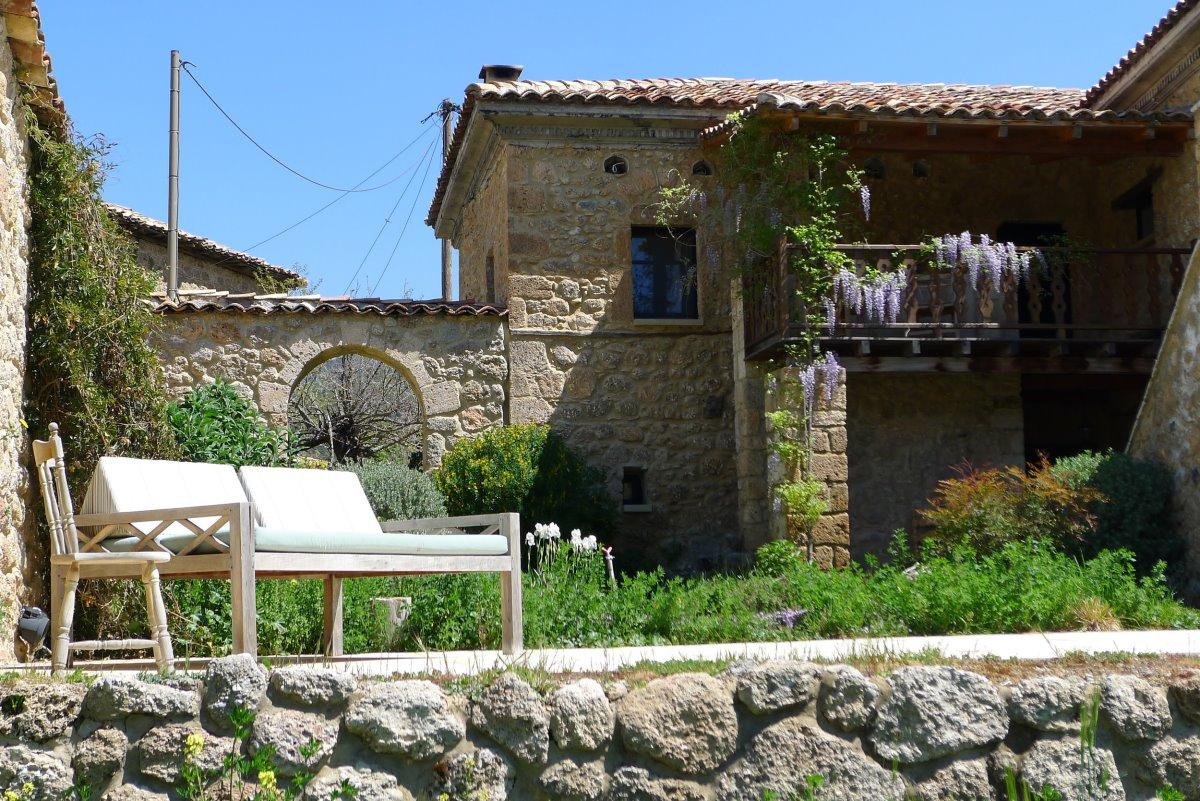 Σελιάνα χωριό στα ορεινά Αιγείρας διαμονή σε eco ξενώνα αυλή παραδοσιακή κατοικία