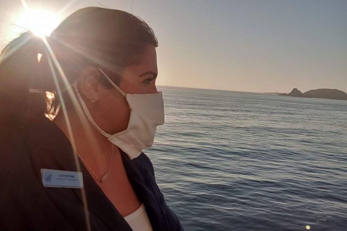 Επιβάτης με μάσκα αγναντεύει τη θάλασσα