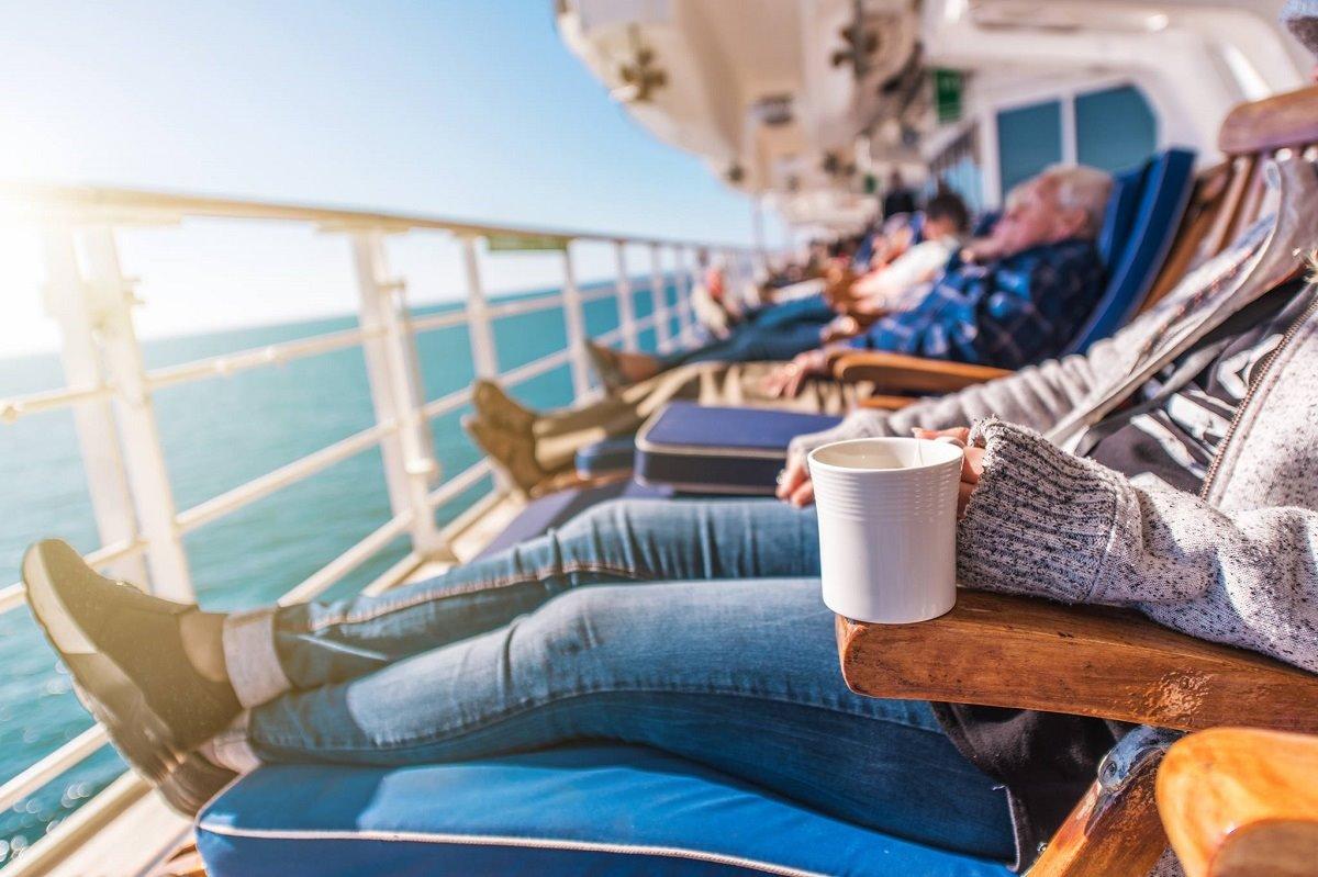 Κρουαζιέρες στο πουθενά από τη Σιγκαπούρη με τους επιβάτες να χαλαρώνουν στο deck
