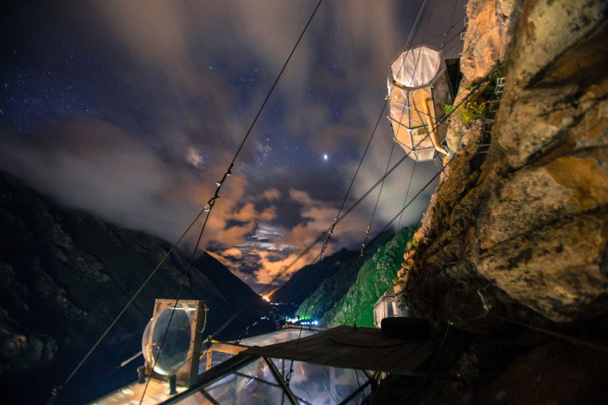 Skylodge ξενοδοχείο Περού κρέμεται στο κενό νυχτερινή θέα