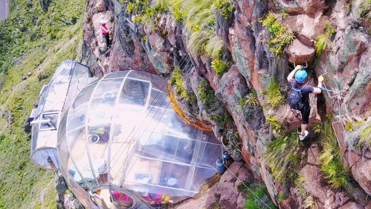 Skylodge ξενοδοχείο Περού κρέμεται στο κενό πάνω στα βράχια