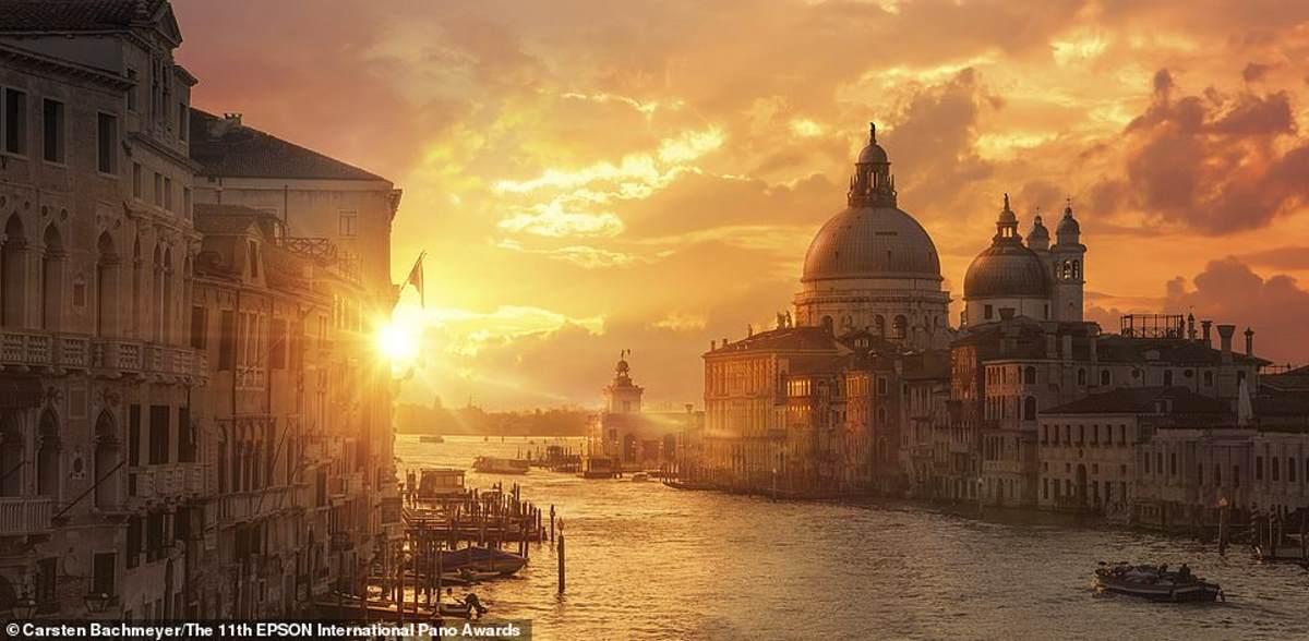 """Μια ανατολή του ηλίου πάνω από τη Βενετία, που """"αιχμαλωτίστηκε"""" από τον Carsten Bachmeyer. Ήρθε 20ος στην κατηγορία Open Built Environment / Architecture"""