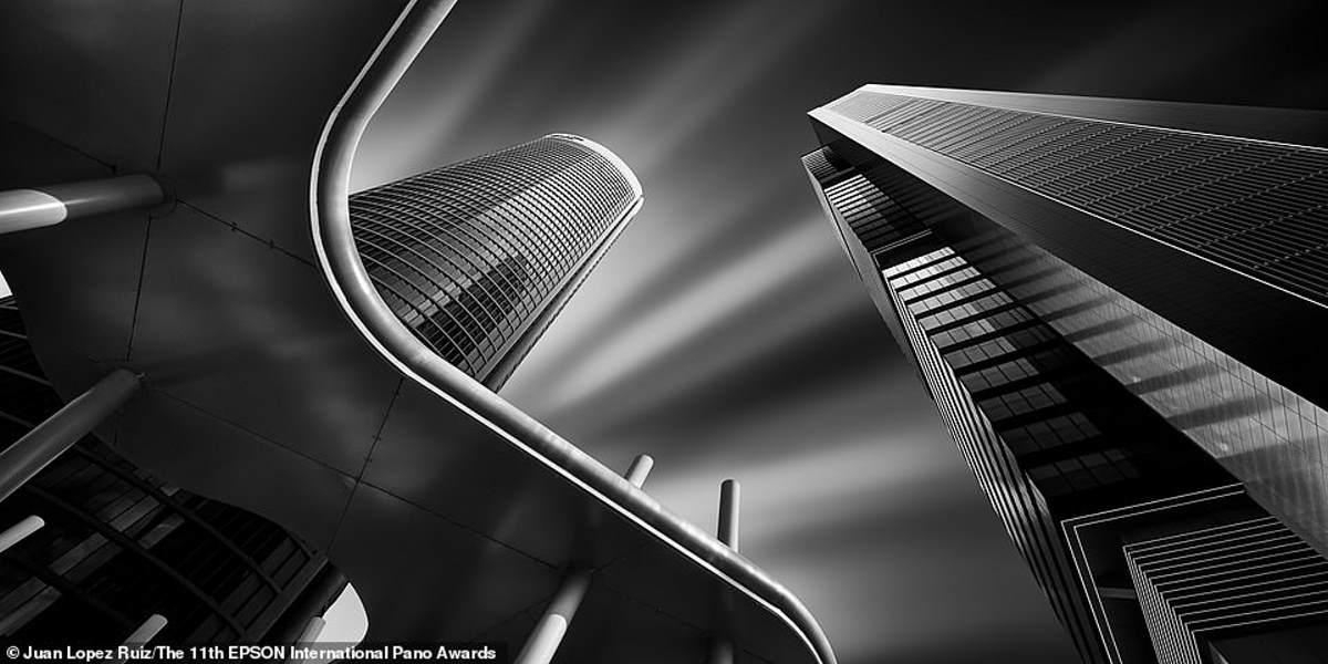 Αυτή είναι η νικητήρια σειρά στην κατηγορία Ερασιτεχνικό Οικοδομικό Περιβάλλον / Αρχιτεκτονική. Δείχνει το οικονομικό συγκρότημα Cuatro Torres στη Μαδρίτη του Ισπανού φωτογράφου Juan Lopez Ruiz