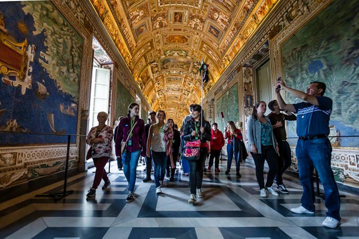 Νέες τάσεις στα ταξίδια το 2021 επισκέπτες σε μουσείο