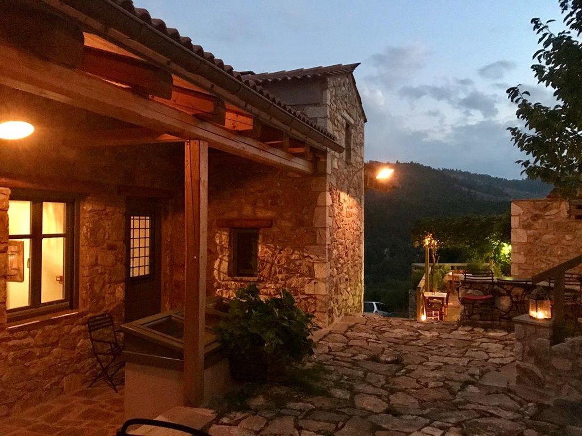 Τζίτζινα χωριό Λακωνίας με τον ξενώνα Πρυτανείο φωτισμένο τη νύχτα