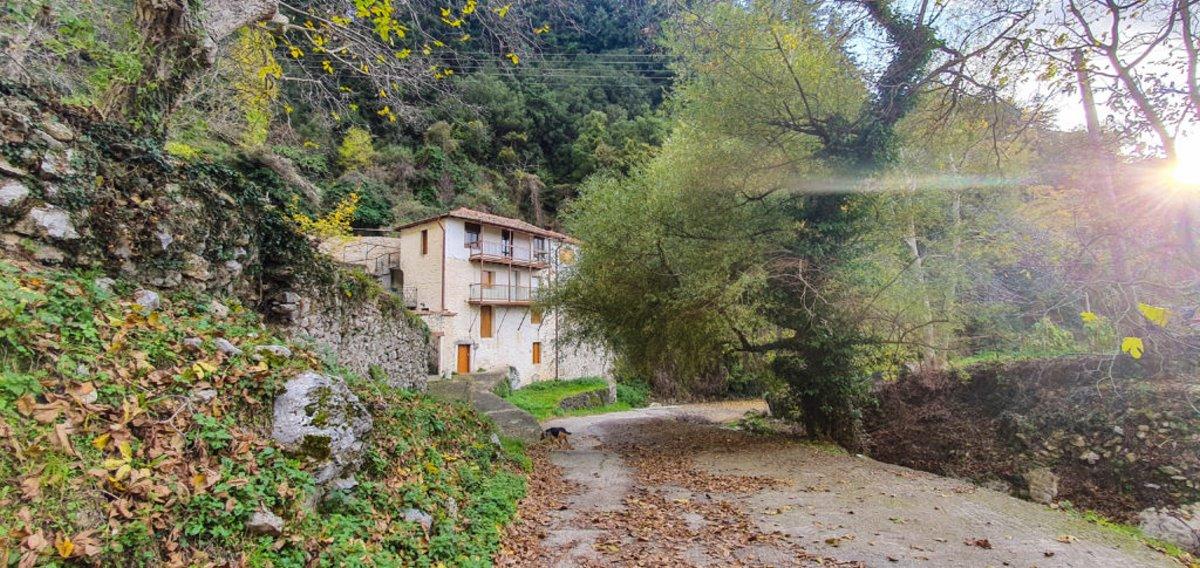 Τζίτζινα χωριό Λακωνίας με υπέροχα πέτρινα σπίτια και πλούσια βλάστηση
