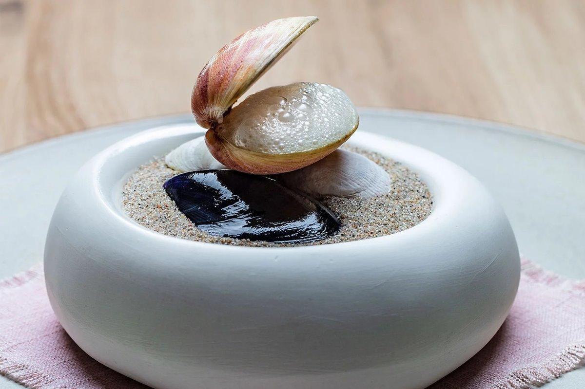 Under εστιατόριο κάτω από τη θάλασσα πιάτο με θαλασσινά