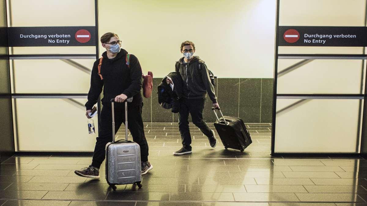 αεροδρόμιο Βιέννης επιβάτες με βαλίτες αφίξεις