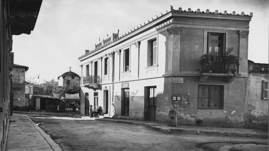 Βρυσάκι γραφική γειτονιά Παλιά Αθήνα μεγάλο σπίτι