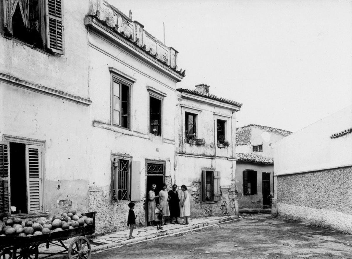 Η γειτονιά Βρυσάκι κάτω από την Ακρόπολη που γκρεμίστηκε με τις γυναίκες κάτω από τα σπίτια τους
