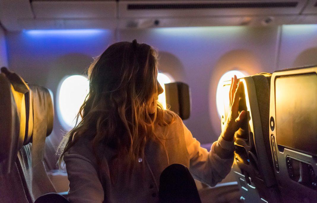 κοπέλα στη θέση της στο αεροπλάνο