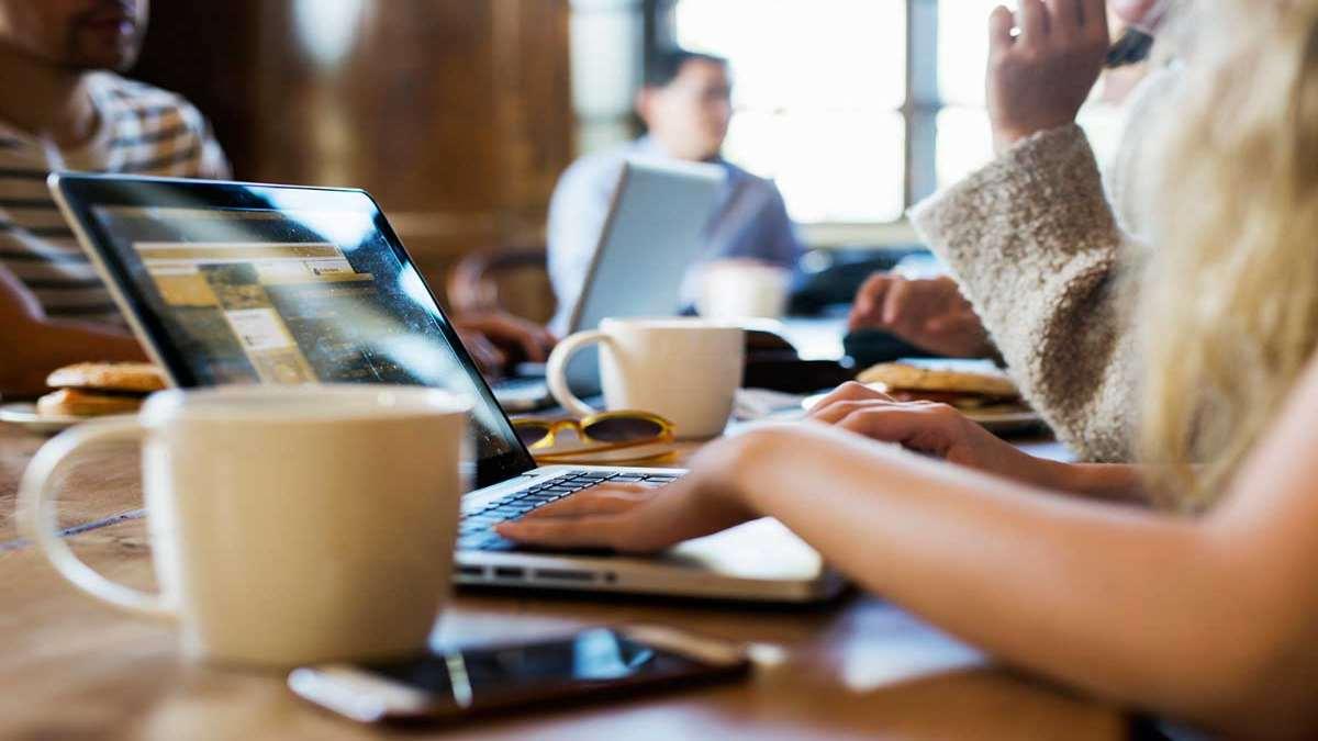γυναίκα με laptop ψάχνει google