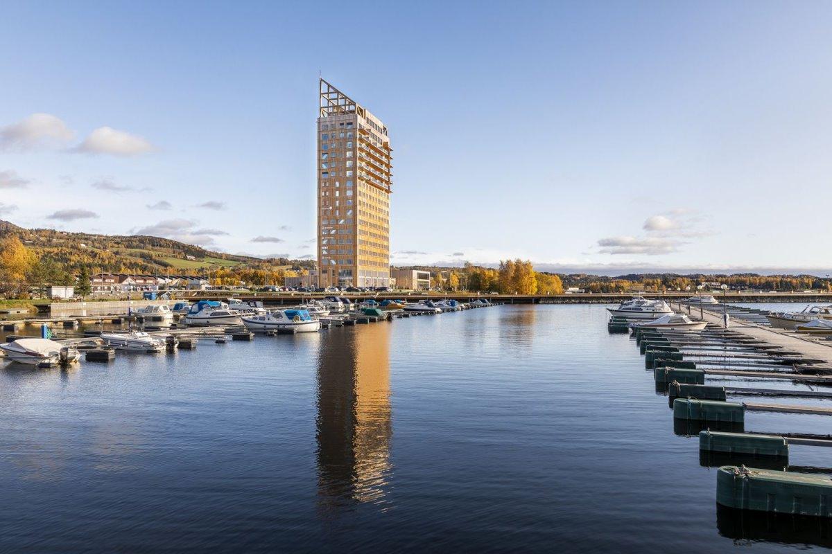 Ξύλινος ουρανοξύστης ψηλότερος στο Όσλο θέα στη λίμνη με τα σκάφη
