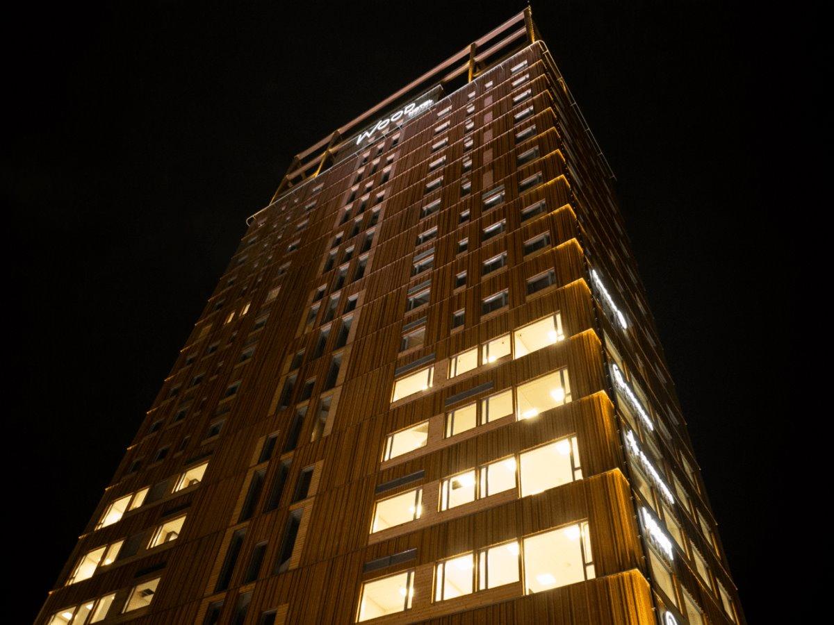 Ξύλινος ουρανοξύστης ψηλότερος στο Όσλο τη νύχτα